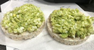 Rice Cakes With Avocado and Egg